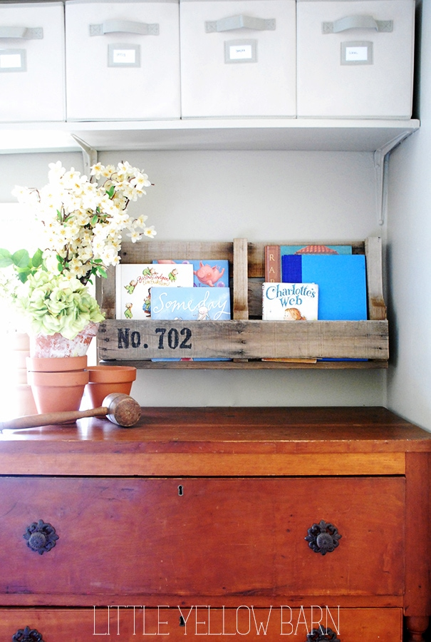 Super easy Pallet Shelves Tutorial on { lilluna.com } Such a great idea and way to hold books or knick knacks!!