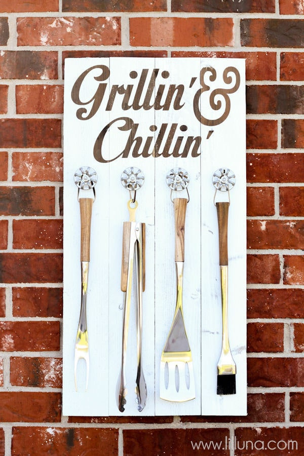 Grill Set Holder - Grillin' and Chillin' Sign tutorial on { lilluna.com } The perfect gift for dad or grandpa for Father's Day!