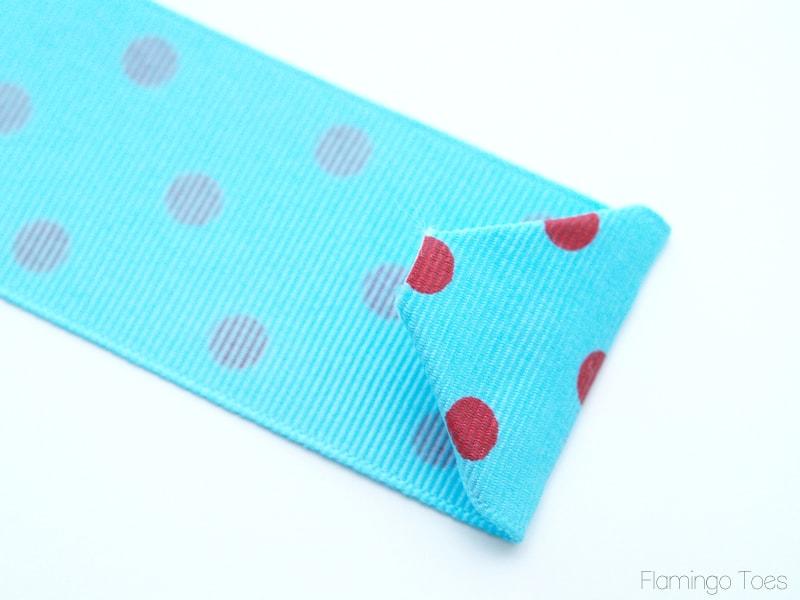 Easy DIY 30 Minute Apron Tutorial - a cute gift idea or project! { lilluna.com } All you need is cute fabric, ribbon, and pom pom trim!