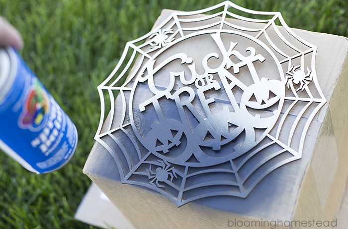 Halloween Trick or Treat Wreath by Blooming Homestead - a bold and festive wreath that's easy to assemble using just a few supplies items! Cute with just the right amount of spooky!! See it on { lilluna.com }